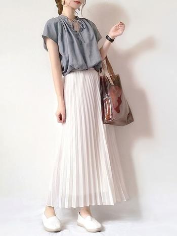 プチプラ&高品質で人気の「UNIQLO(ユニクロ)」のアイテムを使ったコーデ。胸元のリボンがかわいいシフォンブラウスと、プリーツスカートが女性らしさ満点です!プリーツスカートは清楚な印象なのに、コーディネートにしっかり個性を与えてくれますよ。