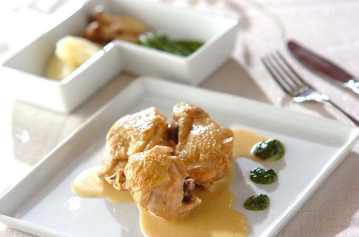 ワインやワインビネガーをたっぷり使った煮汁で鶏もも肉をことこと煮込みます。じっくり火を通すことで酸味が飛び、マイルドな味わいに。ワインビネガーのおかげで、鶏もも肉もスプーンでほどけるほど柔らかになります。ディナーのメインにふさわしいごちそうです♪