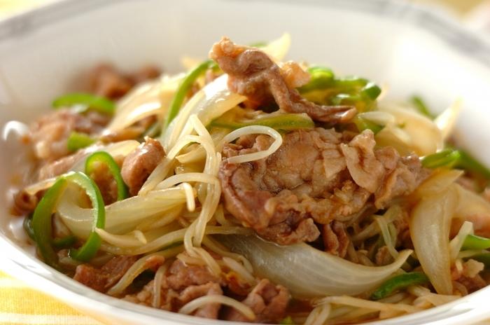 豚肉ともやしのレシピでも定番の、「炒める」という調理法。炒め物と一括りにしても、味付けにバリエーションをもたせるとレシピの幅がぐんと広がります。こちらは、豚肉(こま切れ肉)ともやしにピーマン、玉ねぎを加え、オイスターソースで中華風に仕上げています。