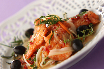 鮭を揚げて、ドライトマトやアンチョビ、ハーブ類などの贅沢なマリネ液に漬けたごちそうマリネ。メイン級の充実感のあるおいしさです。もちろん、ワインなどにもぴったり。