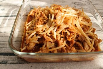 豚肉ともやしの炒め物にコチュジャンをプラスして、お箸の止まらないピリ辛のおかずに。豚肉はこま切れ肉や切り落とし肉を使えば、包丁いらずで調理も楽々です。