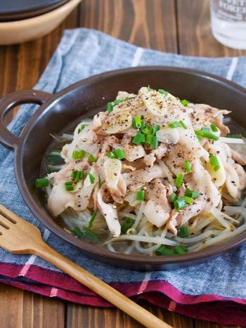 うまみがぎゅっと凝縮される、「蒸す」方法も使えます。こちらのレシピでは、フライパンに豚ばら肉ともやしを重ね、蓋をして蒸すだけと工程も簡単です。にんにくと黒胡椒のシンプルな味付けが、豚肉のコクを引き立てます。