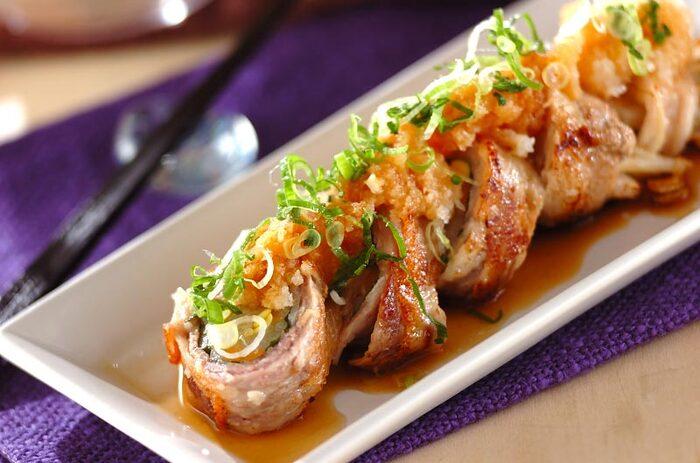 こちらのレシピでは、あらかじめもやしを茹でておき、豚ばら肉でくるりと巻いて表面をカリッと焼き上げています。カリカリの豚肉と茹でたもやしの食感が絶妙です。タレには大根おろしも加えて、さっぱりでもボリューム満点。