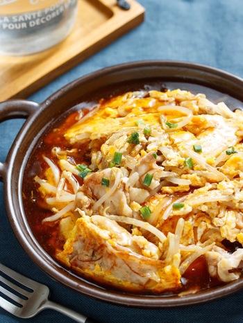 とろとろのあんかけは、お子さんにも人気のメニュー。こちらのレシピは豚肉ともやしを炒めて卵を加え、さらに甘辛味のあんを絡めています。ボリューム感があり、ご飯にぴったりですね。