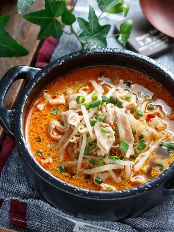 メインは豚ばら肉ともやしのみ、シンプルな食材ながらもボリューム満点のこちらのスープ。コクのあるごま味噌スープは、お家にあるいつもの調味料で作ることができますよ。