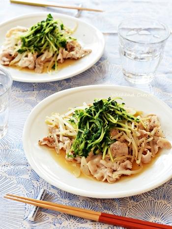 節約食材の1つ、豆苗をプラスするのもおすすめです。豚肉ともやしの組み合わせに豆苗をプラスすると、彩りもよくなって栄養バランスもアップ。フライパンでさっと作れて、忙しいにも嬉しいレシピです。