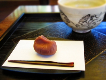 皆さんは、懐紙を使ったことがありますか?懐紙は和紙を二つ折りにしたもので、お茶席などで和菓子を乗せたり口元を隠したり拭ったり。ちょっと日常からは遠い、和の携帯品として認識されているかもしれません。