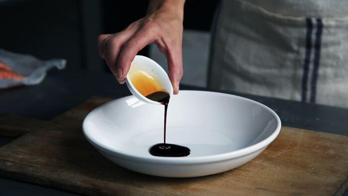 味噌同様、意外なようで実はクリームシチューにも上手く溶け込むのが醤油です。風味や色合いを悪くしないように、あくまでも少量の隠し味にしましょう。
