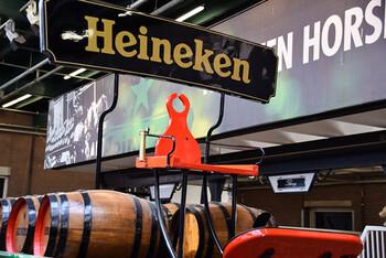 アムステルダムの地ビールのハイネケンは、日本のビールにも似ていて、とっても飲みやすいのが特徴。ほとんどのバーにあるので、軽く1杯だけ飲むのも良いもしれません。おつまみは、地元の人にも人気のフライドポテトを。