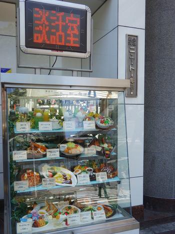 日暮里駅から徒歩約2分のところにある「カフェ&レストラン談話室 ニュートーキョー」。豊富なメニューと広々とした店内で、いつもお客さんが絶えない人気店です。お店前のショーケースも可愛い!