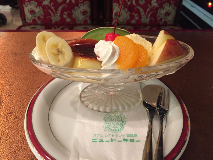 デザートには、こんなに可愛いパフェも。レトロなソファーもこの紙ナプキンも、どこもかしこも可愛くて絵になります。