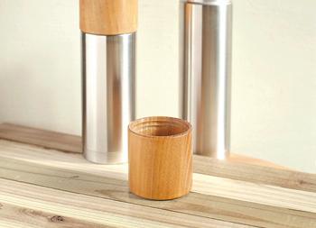 シンプルなシルエットに木製のカップ、ステンレスと木という異素材が見事にマッチした魔法瓶です。