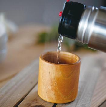 外出時でも、手触りよくぬくもりのある木製のカップで温かい飲み物を飲むことができます。