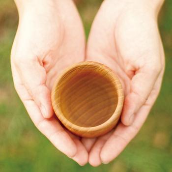 木地ろくろ挽物技術では日本一と言われている、石川県山中の挽物職人の方々の高い技術により制作された木のコップ。美しいフォルムだけでなく、水分が浸透しないように、目止めされています。