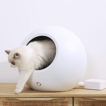 狭い場所が好きなネコちゃんには、ちょっとハイテクなペットハウスもありますよ。実はこれ、専用アプリでハウス内の温度を管理できるんです。