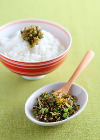 大根の葉、白ごま、ちりめんじゃこで作る「大根の葉ふりかけ」。さらに、刻んだカリカリ梅を混ぜるのも◎。ご飯のおともにも、お弁当にも使えて便利です。