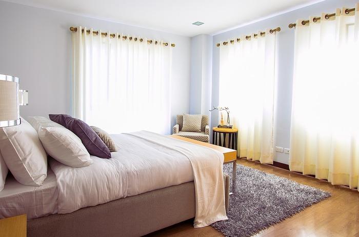 ホテルのようにベッドメイクするのも素敵。きっちりとシーツやお布団を平らにして、ぴんと張ってみると優雅な夢を見られそうな気分になります。
