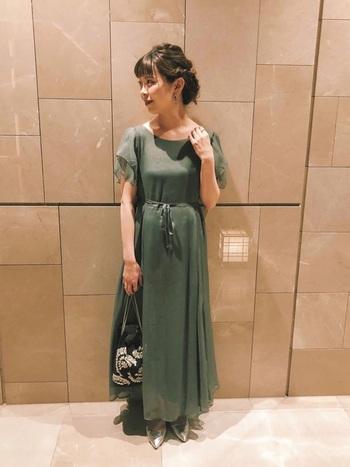 シフォン素材が女性らしい印象のロングワンピースは、くすんだグリーンを選んでナチュラルに着こなして。シルバーや黒の小物と組み合わせると、より大人で上品な印象になります。