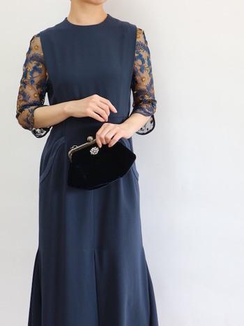 気軽にさまざまなデザインの服を選ぶことができるレンタルサービス。体型の変化にも対応できるので、妊娠中の女性や久しぶりに結婚式に参加する人にもおすすめです。一回あたりの費用も抑えることができるので、購入するより安く済むこともあります。
