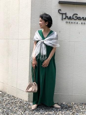 夏の結婚式やガーデンウェディングに着ていきたい、鮮やかなグリーンのワンピース。羽織りにはベージュやグレーなど淡い色のストールを合わせて、爽やかさを活かしつつ大人っぽさをプラスするのがおすすめです。