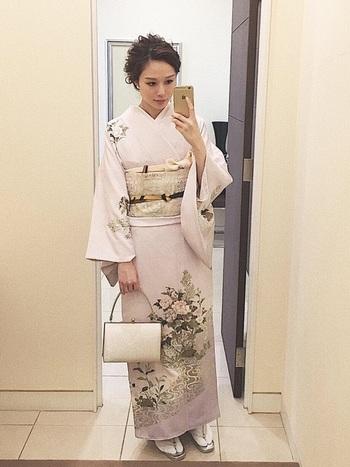 淡い藤色の着物は、年齢を問わずに着られる大人っぽい柄です。淡い色の帯や小物でコーディネートすると、着物の美しさも生きますね。
