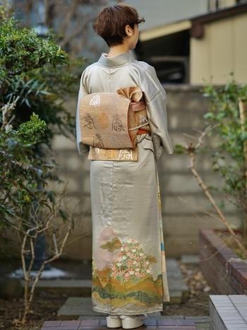 「寿」という文字が刺繍されている帯は、お祝いにぴったりなデザイン。着物の柄とも色が合っているので、馴染んでとても上品な印象になっています。