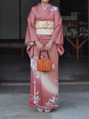 こちらの着物はきれいなピンク色に、上品な花柄が散りばめられています。帯や小物も結婚式を意識して、金や銀などを使ったおめでたい印象のものを選びましょう。