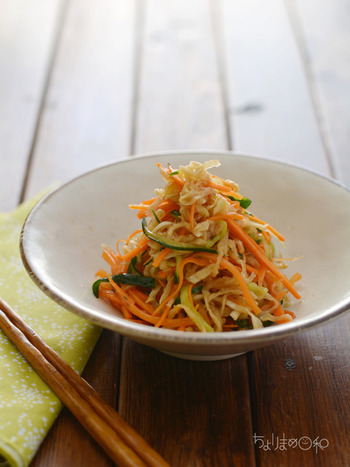切り干し大根とにんじんときゅうりで作る、彩りもキレイな和風サラダ。こちらのサラダは時間が経つほど美味しくなるので、作ったら冷蔵庫に入れて一晩置いてからいただくと◎。