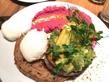 カフェ文化が盛んなウィーンには、お洒落なカフェがたくさん。健康志向の朝ごはんやブランチをいただける「ウーリッチ」には、地元のお洒落な若者が多く集います。  カフェ周辺を散策するのも良いでしょう。