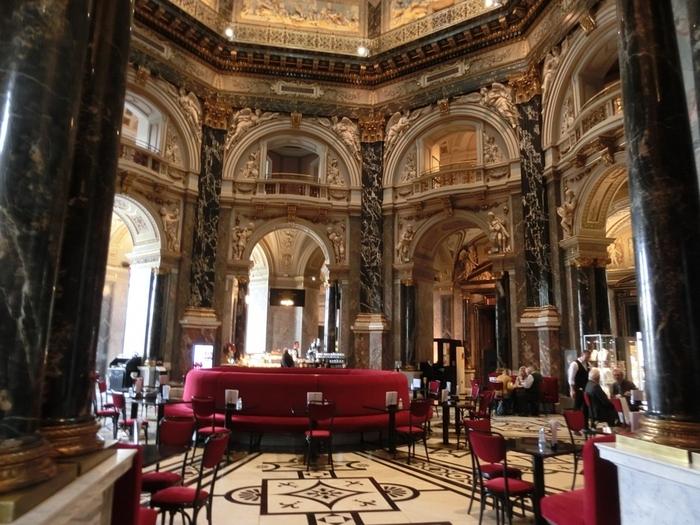 「美術史美術館」は、クリムトが手掛けた壁画があることでも知られており、内装にも注目して廻ってみましょう。特に館内のカフェは、「世界一美しいカフェ」とも称されているため、食事をしなくても立ち寄ってみたいですね。
