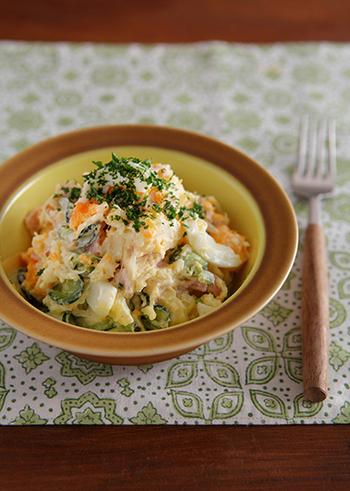 サラダというよりもお総菜として愛されるポテサラ。白ワインビネガーなどで下味をつけることで、マヨネーズ少なめのさっぱりした味にすることができます。