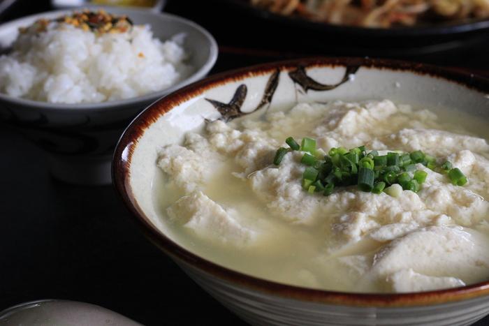 最終日も石垣島を満喫するには、ちょっぴり早起きして地元の朝ごはんを食べに行ってみませんか。老舗豆腐屋「とうふの比嘉(ひが)」では、沖縄郷土料理の「ゆし豆腐」を味わうことができます。ゆし豆腐とは、豆乳ににがりを入れて固まる前のおぼろ状のものを指します。「とうふの比嘉」のゆし豆腐は、豆の風味が豊かで、ふんわりした口当たりが優しい味わいだと評判です。