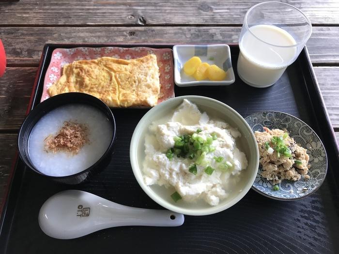 おすすめは画像の<お年寄り豆腐セット>。ゆし豆腐の他、おかゆ、おから、卵焼き、お新香、豆乳も付いてあれこれ試せる上にコストパフォーマンスも良い人気のメニューです。お年寄りではなくてもオーダーできますのでご安心を。