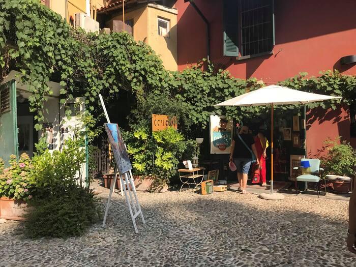 アーティストさん達のアトリエがショップになったかのような「Artupia(アーツピア)」。作品もさることながら、空間自体にもイタリアらしい異国情緒が漂います。  所在地:Alzaia Naviglio Grande, 4, 20144 Milano MI, イタリア