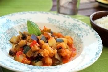 ラタトゥイユは、フランスのプロヴァンス地方・ニースの郷土料理。ナス・ズッキーニ・トマトなどの夏野菜を煮込んだ、体に優しいさっぱり料理です。日本でも人気ですね。ワインビネガーを加えて、よりさっぱりと爽やかな味に。