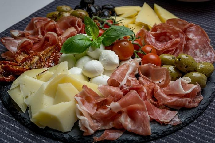 レストランだけではなく、ミラノではデリでお惣菜を買うのも◎。ランチなら公園で…、ディナーならホテルに持ち帰って、ワインと一緒にお部屋で…と、リラックスしたお食事タイムに。  「Rossi & Grassi」は、お野菜のムースや、エビとトマトのジュレなど、美しいお惣菜が並んでいて、見ているだけで楽しくなります。生ハムも、お願いした枚数だけカットしてくれます。  ※イメージ画像です