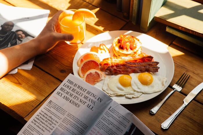 たんぱく質は体を構成する重要な栄養素のひとつです。しかし食事量が少ない女性は不足しがち…免疫力が落ちたり疲れやすくなってしまいます。『肉・魚介・卵・乳製品・大豆製品』と食品は豊富なので、昼や夜は主菜で摂れている人が多いと思います。見落としてしまいやすい朝食でも積極的に取り入れるよう意識しましょう。
