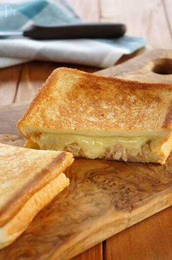 とろーりチーズと、ツナの旨味が相性抜群なたんぱく質コンビ。ホットサンドメーカーがなくても、フライパンで作ることができます。トースターの上にのせるだけでもより手軽ですね。