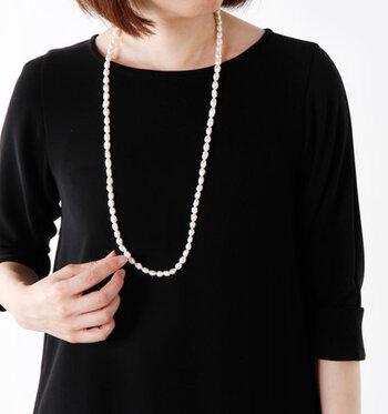 シンプルなドレスは、アクセサリーや小物で印象を変えることで着回しがききます。ネックレスは、長めのパールネックレスをひとつ持っておくと便利。1重・2重と付け方を変えることで印象を変えられます。