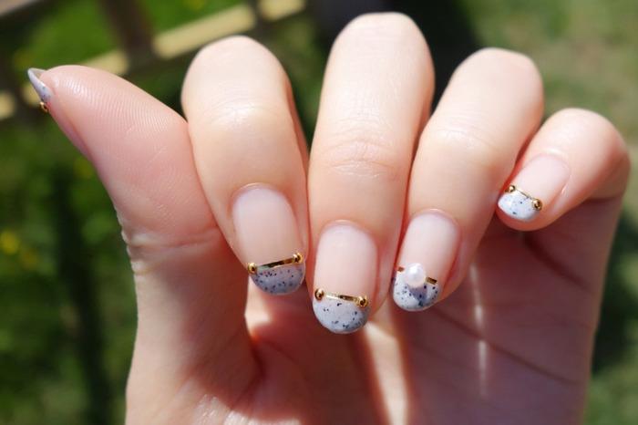 フレンチネイルに天然石デザインを取り入れて。さりげなく旬な指先になりますよ。