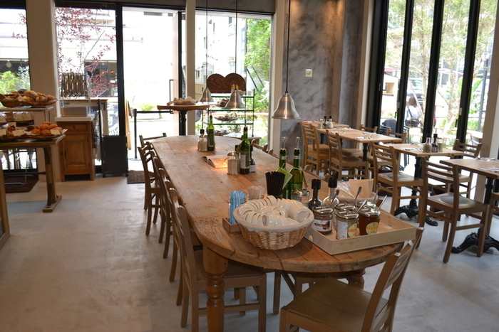 売り場に隣接して60席あまりのカフェを併設。お店の名物・タルティーヌやキッシュにスープを組み合わせたメニューを提供しています。