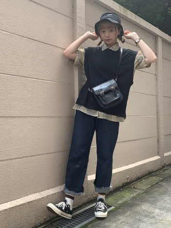シンプル&ベーシックカラーの黒のベストは、チェックシャツと合わせてカジュアルに。裾からもシャツを出して男の子っぽい遊び心全開のスタイルです。