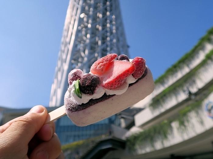 「コールド・ストーン・クリーマリー」は、アメリカ生まれのアイスクリームメーカーです。−9℃に冷やした石板の上でアイスを混ぜて作るのが特徴。商品では、アイスキャンディーも外せません。デコレーションケーキのような装いはまさにインスタ映え確定。店舗は東京に多いですが、北海道から沖縄まで全国で展開していますし、オンラインショップでも購入可能です。