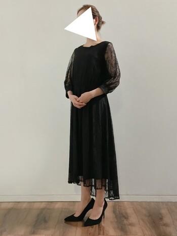黒のワンピースは、1着持っていると便利なアイテム。小物とのコーディネートで印象が変わるので、着回しにもおすすめです。袖丈・スカート丈が長めのこんなデザインなら、体型カバー効果も期待できます。