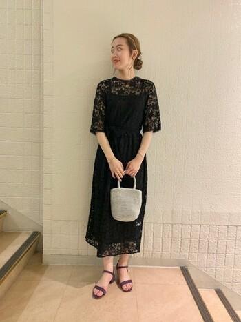 黒のワンピースは、小物でアクセントをつけましょう。シルバーのミニバッグを合わせれば、可愛らしさとエレガントさがプラスされます。アップスタイルにカチューシャのアレンジも可愛いですね。足元をつま先の隠れるパンプスに変えれば、フォーマルな結婚式でもOKです。