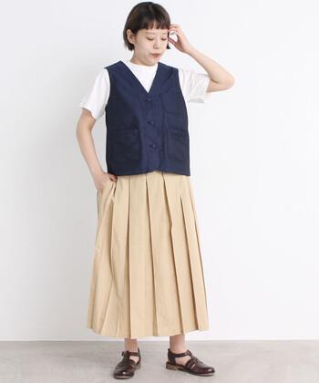 ワーク感のあるベストは、スカートと合わせて女性らしいカジュアルコーデに。