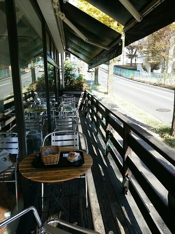 店内外にイートインスペースあり。 気候がいい時は、公園の緑を望むイチョウ並木のテラスに陣取っても♪