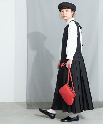 黒と白を基軸にしたモノトーンスタイル。晴れ着らしい華やかさも欲しいから、バッグは鮮やかなレッドをチョイス!