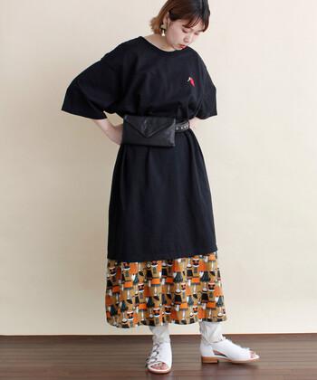 ゆるっと着られるオーバーサイズなワンピース。女性らしいシルエットをつくりたいなら、今シーズンも注目のベルトポーチを腰元にオン!