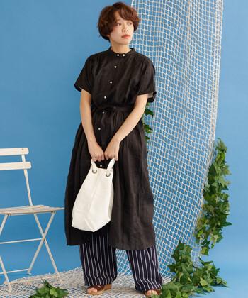縞がはっきりと描かれたストライプのワイドパンツは、取り入れるだけで着こなしが瞬時にアップデート。バッグはストライプの色とリンクするホワイトで。